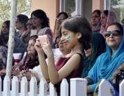 راولپنڈی: وقارالنساء قالج میں کرکٹ سٹیڈیم کے افتتاح کے بعد والدین اور ..