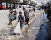 کوئٹہ: بچے زرغون روڈ نالے سے کار آمد اشیاء جمع کر رہے ہیں۔