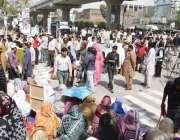 لاہور: آل پاکستان پیر میڈیکل سٹاف کے اراکین سیکرٹریٹ کے باہر اپنے مطالبات ..