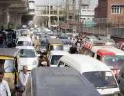 لاہور: آل پاکستان پیر میڈیکل سٹاف کے احتجاج کے باعث ٹریفک جام کامنظر۔