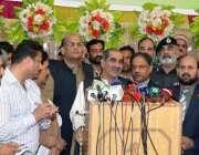 لاہور: وفاقی وزیر ریلوے خواجہ سعد رفیق ریلوے اسٹیشن پر کراچی ایکسپریس ..