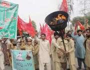 لاہور: خاکسار تحریک کے اراکین شہداء کی یاد میں ریلی ریلی میں شریک ہیں۔