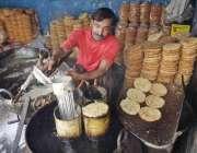 لاہور: ایک کاریگر پوڑا تیار کر رہا ہے۔