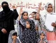 حیدر آباد: قاسم آباد کے رہائشی خواتین اور بچے بااثر افراد کے خلاف احتجاجی ..