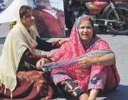 فیصل آباد: تھانہ بٹالہ کالونی کی قتل کے ملزم کو چھوڑنے پر مقتول کی بہنیں ..