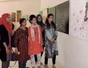 لاہور: طالبات الحمراء میں 23مارچ یوم پاکستان کے حوالے سے منعقدہ پینٹگ ..