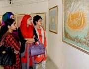 لاہور: لڑکیاں الحمراء ہال میں پینٹگ کی نمائش دیکھ رہی ہیں۔
