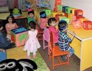 لاہور: پنجاب ایجوکیشن فاؤنڈیشن کے کیئر ہوم میں بچے کھیل رہے ہیں۔