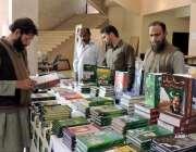 لاہور: الحمراء ہال میں یوم پاکستان کے حوالے سے لگائے گئے کتابوں کے سٹال ..
