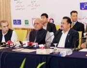 لاہور: گورنر پنجاب ملک محمد رفیق رجوانہ اور صوبائی وزیر زراعت ڈاکٹر ..