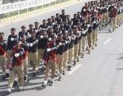 """لاہور: یوم پاکستان کے موقع پر """"عزم پاکستان پریڈ"""" میں پولیس کے جوان .."""