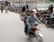 راولپنڈی: سر سید چوک میں مقامی کالج کے باہر پارکنگ تجاوزات کا منظر جس ..