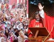 لاہور: گڈ فرائی ڈے کے موقع پر فادر عمانو ایل یوسف دعا کروا رہے ہیں۔
