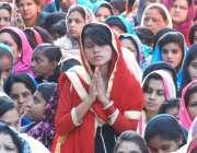لاہور: گڈ فرائی ڈے کے موقع پر خواتین دعا مانگ رہی ہیں۔