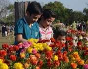 لاہور: ریس کورس پارک میں پھولوں کی نمائش کے موقع پر بچے پھول دیکھ رہے ..