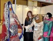 لاہور: خواتین سلیم علی دادا کے بنائے ہوئے ملبوسات کی نمائش دیکھ رہی ..