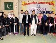 مظفر آباد: سابق امیدوار اسمبلی مختار عباسی کے ہمراہ مقامی سکول کے اساتذہ ..