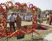 لاہور: ریس کورس پارک میں پھولوں کی نمائش کے موقع پر میاں بیوی پھولوں ..