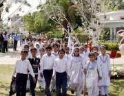 لاہور: ریس کورس پارک میں سکول کے بچے پھولوں کی نمائش دیکھنے کے لیے آ ..