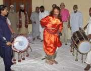 لاہور: حضرت مادھو لال حسین کے عرس کے موقع پر ایک ملنگ ڈھول کی تھاپ پر ..