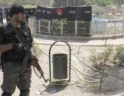 لاہور: گلشن اقبال پارک کے دھماکے کے دوسرے روز ایک سکیورٹی اہلکار جائے ..