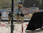 لاہور: گلشن اقبال پارک کے دھماکے کے دوسرے روزپولیس اہلکار جائے وقوعہ ..