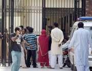 لاہور: ڈیڈ ہاؤس میں گلشن اقبال پارک میں شہید ہونیوالے ورثاء فون پر اپنے ..