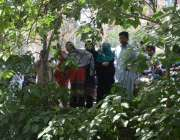 لاہور: سانحہ گلشن اقبال پارک بم دھماکے کے بعد خواتین کرائم سین کو دیکھنے ..