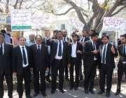 لاہور: سانحہ گلشن اقبال پارک کے خلاف وکلاء فیصل چوک میں احتجاج کر رہے ..