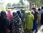 لاہور: سانحہ گلشن اقبال پارک کے بعد شہری پارک کے باہر کھڑے ہیں۔