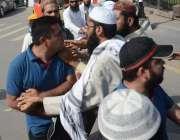 لاہور: فیصل چوک میں سنی تحریک کے احتجاج کے دوران شہری کو راستہ مانگنے ..