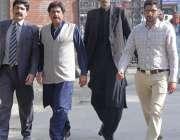 لاہور: جناح ہسپتال میں پیپلز پارٹی پنجاب کے رہنما سہیل ملک پولیس کے ..