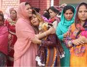 لاہور: سانحہ گلشن اقبال پارک میں ہلاک ہونیوالی خواتین کے رشتہ دار غم ..