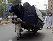 لاہور: ایک بزرگ محنت کش اپنا اور اپنے خاندان کا پیٹ پالنے کے لیے مزدوری ..