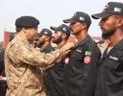 لاہور:کور کمانڈر لاہور لیفٹیننٹ جنرل صادق علی اینٹی ٹیحرراسٹ کمانڈو ..