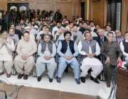 لاہور: وزیر اعلیٰ پنجاب محمد شہباز شریف سانحہ گلشن اقبال پارک کے دوران ..