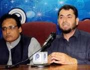 پشاور: فاٹا سیاسی اتحاد کے صدر اقبا ل آفریدی پریس کانفرنس سے خطاب کر ..