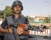 لاہور: پنجاب اسمبلی کے اجلاس کے موقع پر ایلیٹ فورس کا اہلکا داخلی دروازے ..
