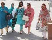 لاہور: خواتین اراکین پنجاب اسمبلی کے اجلاس میں شرکت کے لیے آ رہی ہیں۔