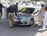 لاہور: پنجاب اسمبلی کے داخلی راستے پر تعینات پولیس اہلکار اجلاس میں ..