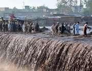 پشاور: لوگ اپنی زندگی کو داؤ پر لگاتے ہوئے اپنی مدد آپ کے تحت شدید سیلابی ..