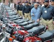 لاہور: ایس ایس پی سی آئی اے عمر ورک گرفتار ہونیواے موٹر سائیکل چوروں ..