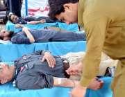 پشاور: فاطمید فاؤنڈیشن کے زیر اہتمام ڈی آئی جی ٹریفک ظفر خون دے رہے ..