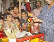 لاہور: گرمی کی شدت کم کرنے کے لیے بچے برف کے گولے خرید رہے ہیں۔