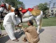 لاہور: ایک کاریگر گھوڑی کی پاؤں پر کھریاں لگا رہا ہے۔