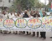 لاہور: پنجاب ٹیچرز یونین کے اراکین اپنے مطالبات کے حق میں احتجاج کر ..