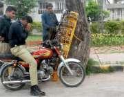 راولپنڈی: پولیس اہلکار دھوپ والی عینکیں پسند کر رہے ہیں۔