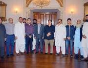 لاہور: گورنر پنجاب ملک محمد رفیق رجوانہ کے ہمراہ پاکستان سمال ٹریڈرز ..