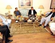 لاہور: مسلم لیگ (ق)کے صدر و سابق وزیر اعظم چوہدری شجاعت حسین اور سینئر ..