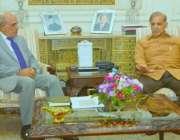لاہور: گورنر پنجاب ملک محمد رفیق رجوانہ اور وزیر اعلیٰ پنجاب محمد شہباز ..